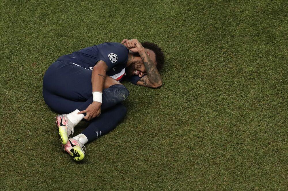 O craque brasileiro Neymar vai ao chão reclamando de dor durante a final da Liga dos Campeões entre Paris Saint-Germain e Bayern de Munique no Estádio da Luz, em Lisboa, Portugal, no dia 23 de agosto de 2020