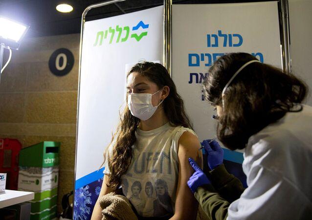 Jovem recebe vacina contra a COVID-19 em Jerusalém, em Israel, no dia 4 de fevereiro de 2021