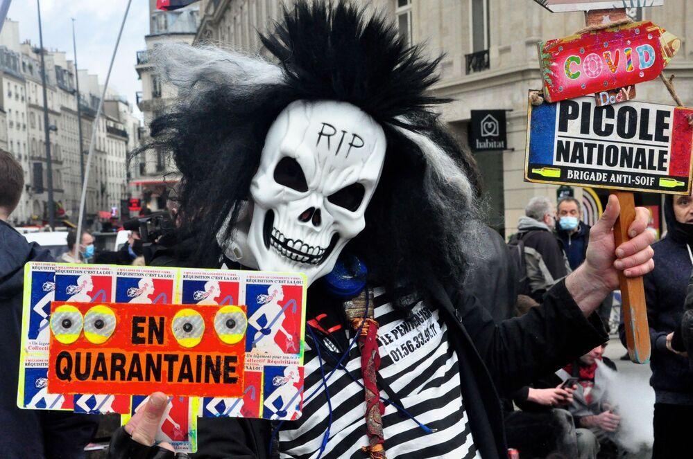 Manifestantes contra o projeto de Lei da Segurança Global na Praça da República, em Paris, França