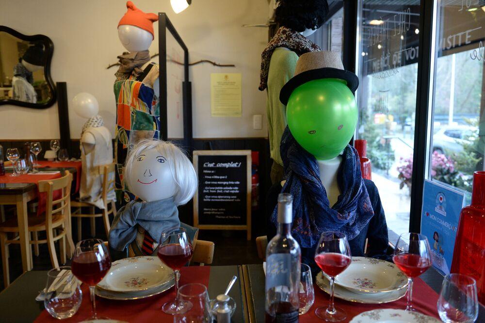 Manequins no restaurante vazio Chez Thérèse, na Bélgica, como protesto contra as restrições anticoronavírus introduzidas pelo governo, 2 de fevereiro de 2021.