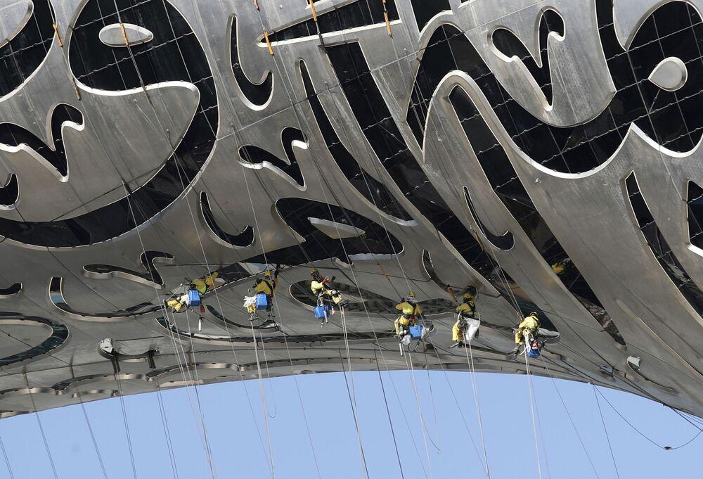 Empregados suspensos do Museu do Futuro que está sendo construído em Dubai, Emirados Árabes Unidos, 2 de fevereiro de 2021