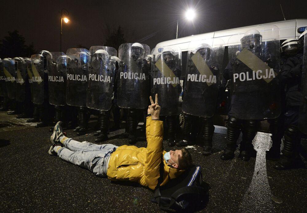 Manifestante deitado no chão durante protestos contra as novas leis antiaborto em Varsóvia, Polônia, 29 de janeiro de 2021