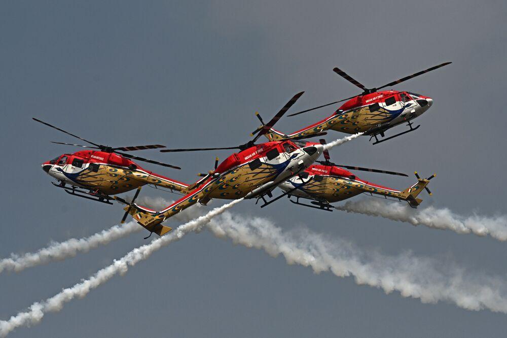 Equipe Sarang, de Helicópteros Avançados Leves da Força Aérea da Índia, executa acrobacia durante o primeiro dia do show aéreo Áero Índia 2021 na base aérea de Bangalore, 3 de fevereiro de 2021.