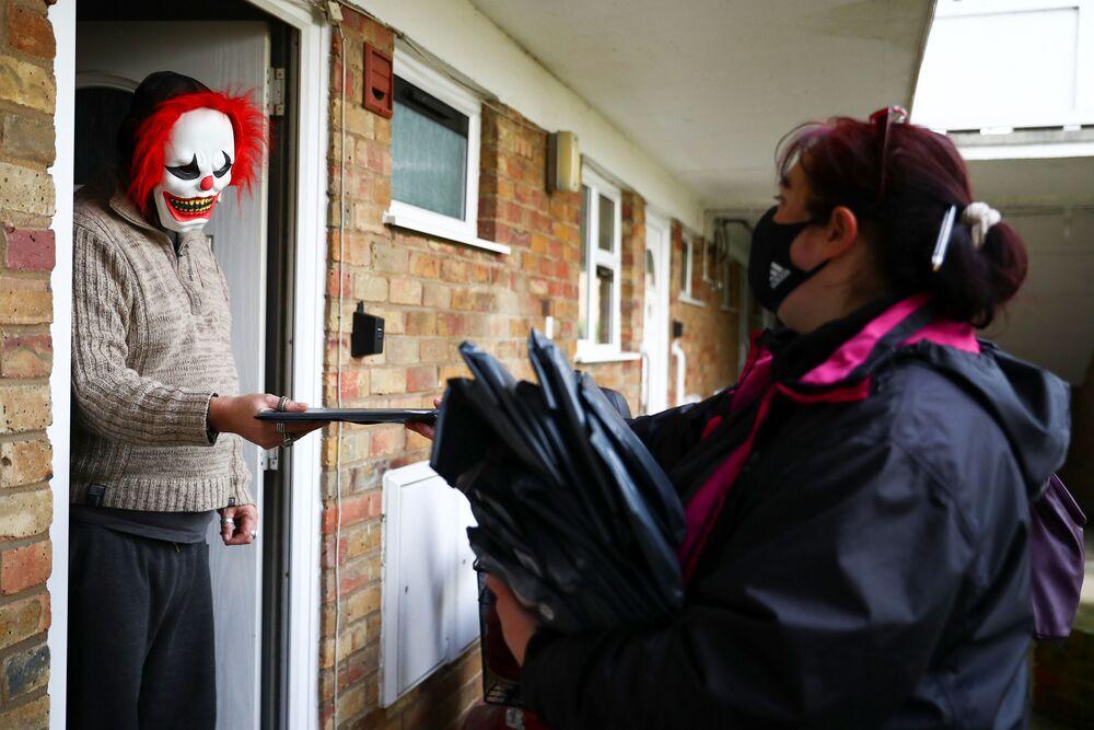 Voluntários distribuem testes do coronavírus, Reino Unido, 2 de fevereiro de 2021