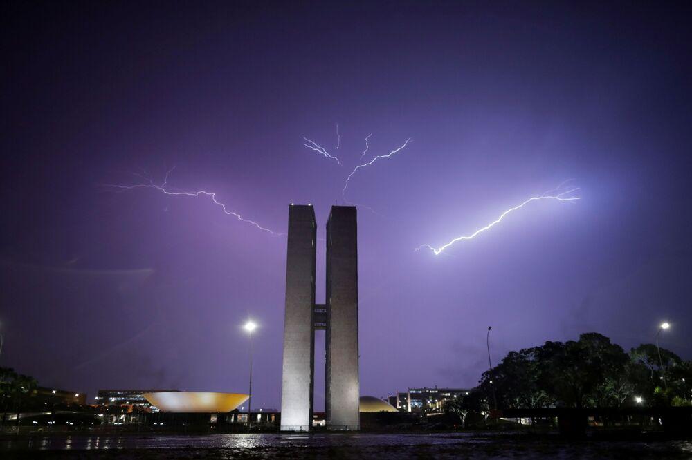Relâmpago ilumina o céu sobre o Congresso Nacional, em Brasília, 3 de fevereiro de 2021