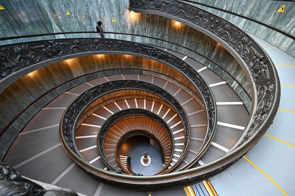 Homem desce Escada de Bramante durante visita ao Museu do Vaticano no dia de reabertura deste, em 1º de fevereiro de 2021