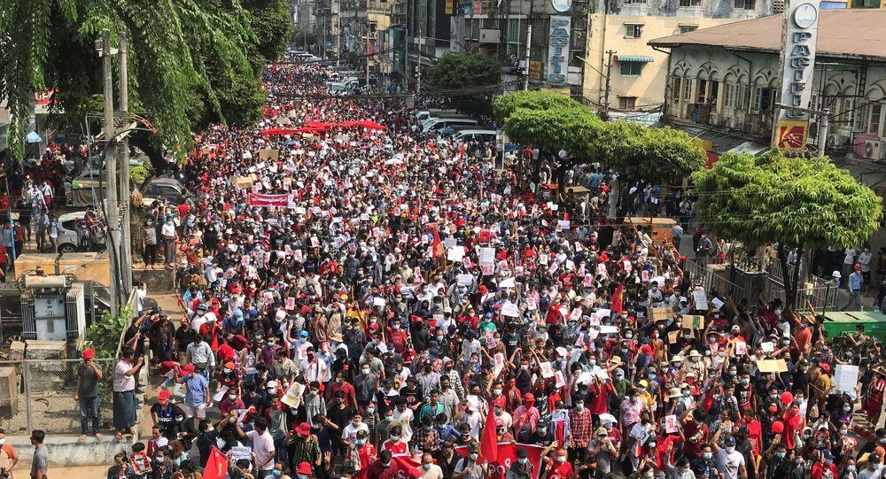 Milhares de manifestantes vão as ruas de Rangum, em Mianmar, em protesto contra o golpe militar no país, em 7 de fevereiro de 2021