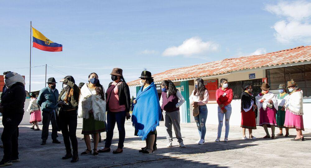 As pessoas fazem fila do lado de fora de uma seção eleitoral para votar durante as eleições presidenciais em Olmedo, Equador.