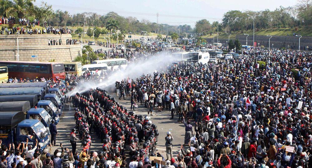 Polícia usa canhão de água para dispersar manifestantes na capital de Mianmar, Naypyidaw, 8 de fevereiro de 2021
