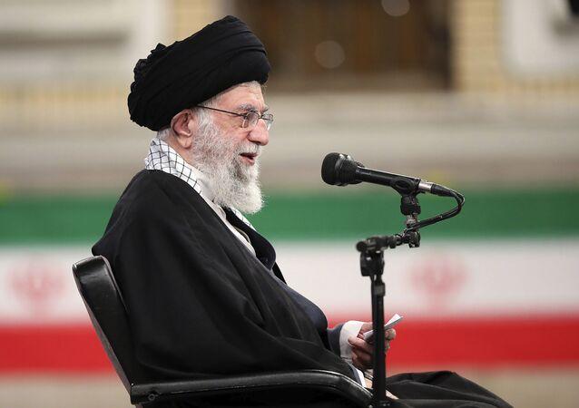 Líder supremo do Irã, aiatolá Ali Khamenei, discursa para membros das Forças Armadas iranianas, em Teerã, 7 de fevereiro de 2021