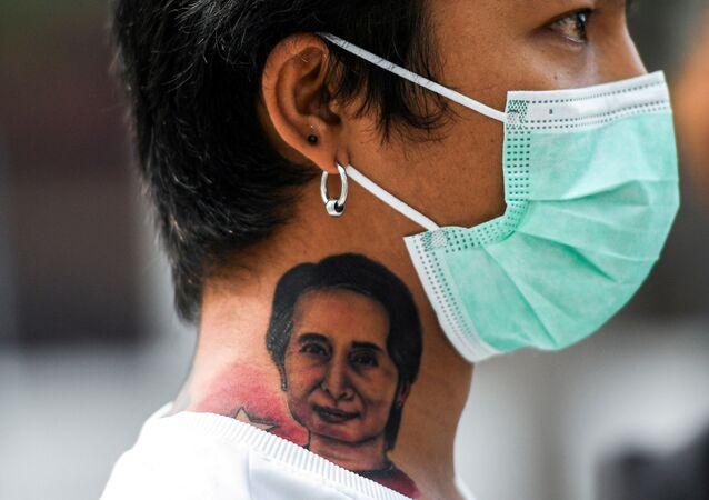 Manifestante durante protesto contra golpe de Estado em Mianmar, em Bangkok, Tailândia, 7 de fevereiro de 2021