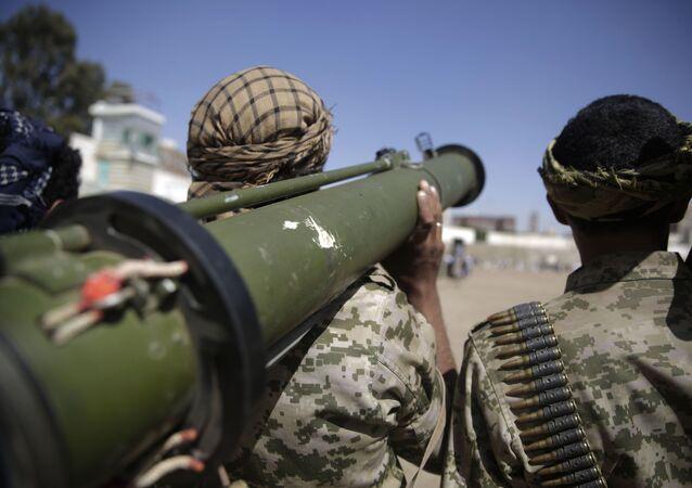 Rebelde houthi segura arma em Sanaa, Iêmen, 20 de fevereiro de 2020