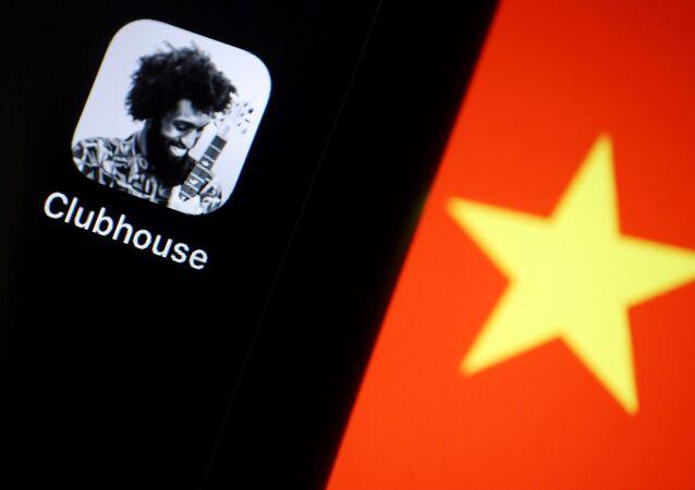 O aplicativo de áudio social Clubhouse é retratado perto de uma estrela na bandeira chinesa