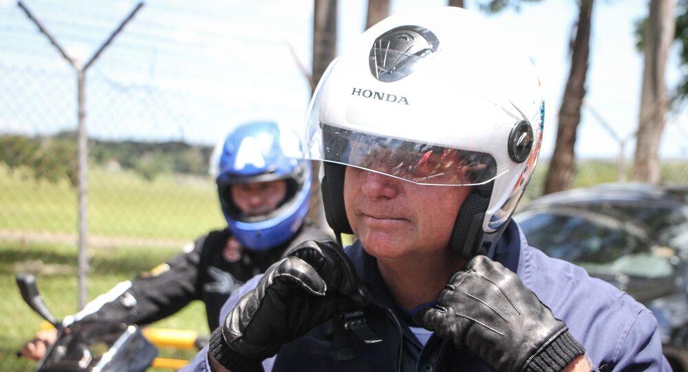 O presidente Jair Bolsonaro passeia de moto pelas ruas de Brasília (DF)