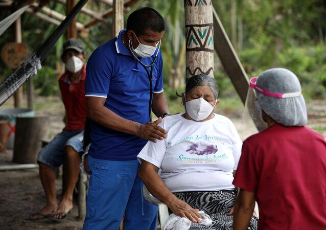 Membro do grupo voluntário Vidas Indígenas Importam antes da realização de teste rápido do coronavírus em Igarapés do Diuna, área protegida próxima ao rio Negro, no Amazonas