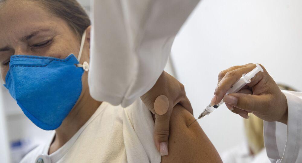 Funcionário da saúde recebe vacina de Oxford contra a COVID-19 em São Paulo
