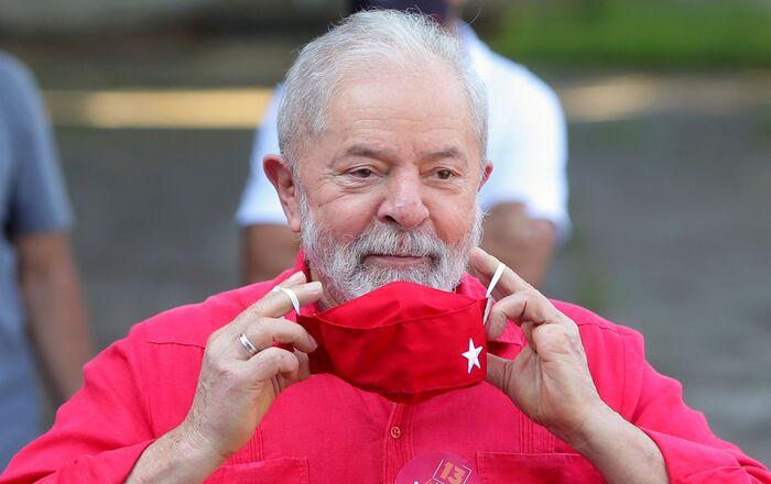 Ex-presidente do Brasil, Luiz Inácio Lula da Silva, vota durante eleições municipais em São Bernardo do Campo (SP), 15 de novembro de 2020 (foto de arquivo)
