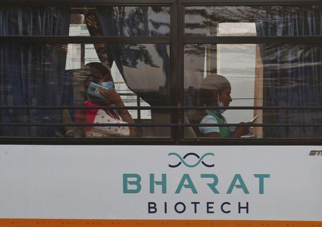 Funcionários em ônibus da farmacêutica Bharat Biotech, em Hyderabad, Índia, 9 de janeiro de 2021
