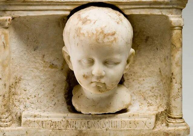 Santuário funerário de mármore com o filho de quatro anos Tibério Natronius Venustus