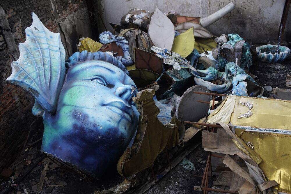 Decoração meio destruída do Carnaval da Escola de Samba Unidos de Bangu no Rio de Janeiro, Brasil, 9 de fevereiro de 2021