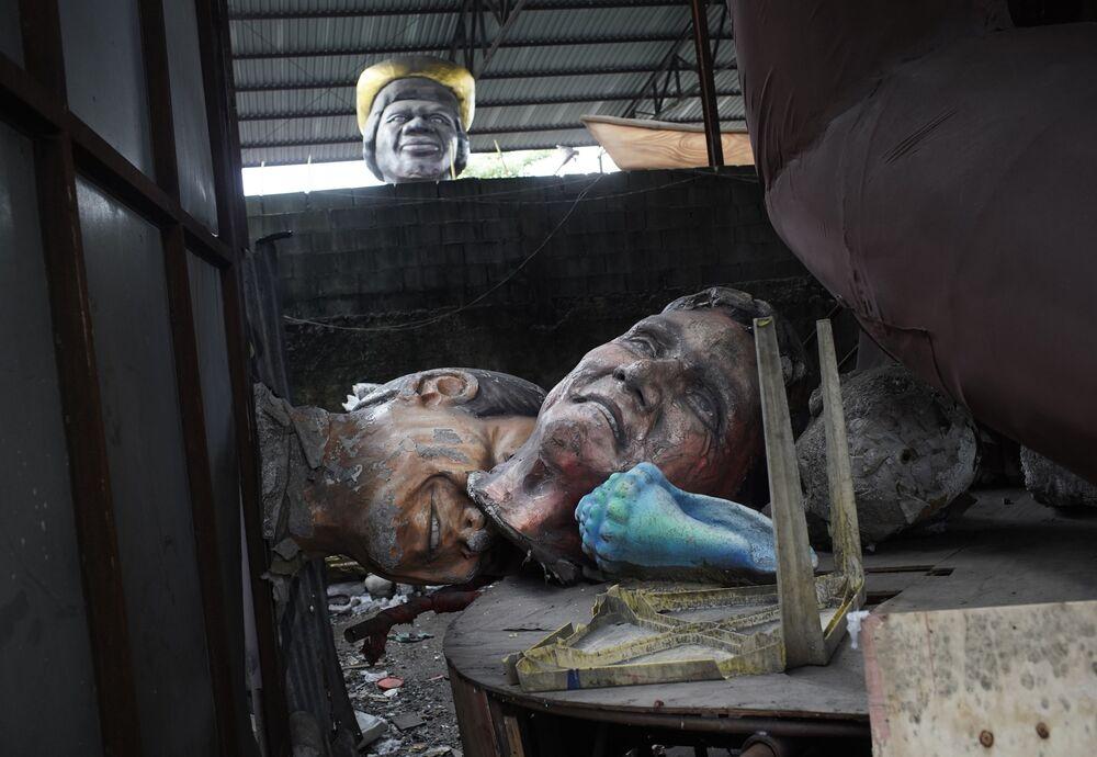Esculturas criadas para o desfile do Carnaval 2021, que acabou sendo cancelado devido ao coronavírus, estão amontoadas na Escola de Samba Unidos de Bangu no Rio de Janeiro, Brasil, 9 de fevereiro de 2021