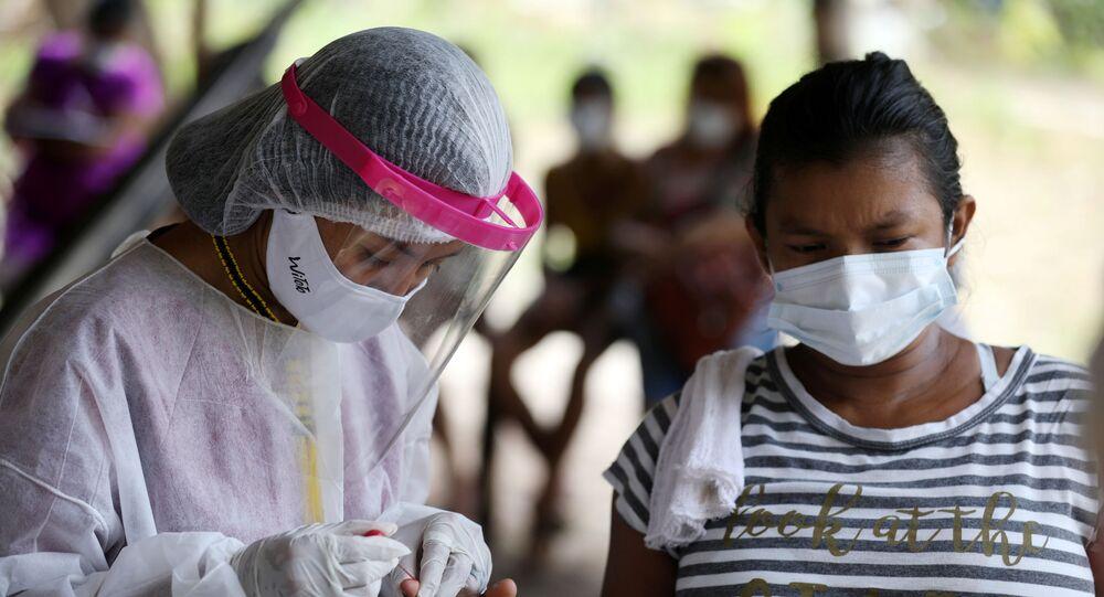 Membro do grupo Vidas Indígenas Importam fazendo teste rápido para COVID-19 em Manaus, Amazonas, Brasil, 6 de fevereiro de 2021