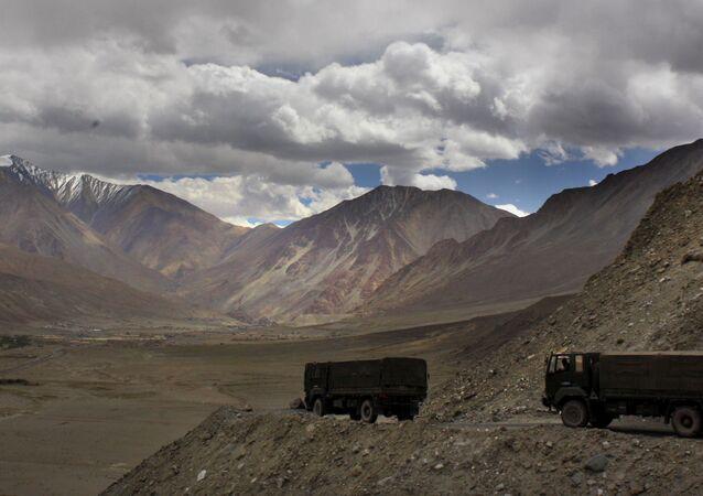 Caminhões do Exército da Índia junto do lago Pangong Tso, perto da fronteira da Índia com a China, na área de Ladakh, Índia, 14 de setembro de 2017