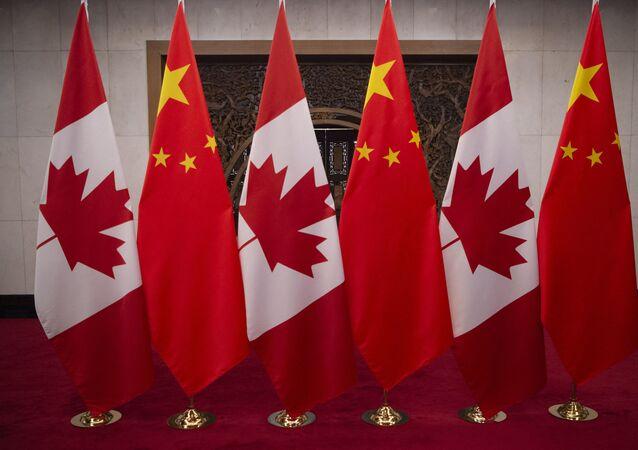 Bandeiras do Canadá e da China antes de reunião entre Justin Trudeau, primeiro-ministro do Canadá, e Xi Jinping, presidente da China, na pousada estatal Diaoyutai, em Pequim, China, em 5 de dezembro de 2017