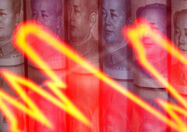 Cédulas de yuan da China atrás de gráfico iluminado, em 10 de fevereiro de 2020