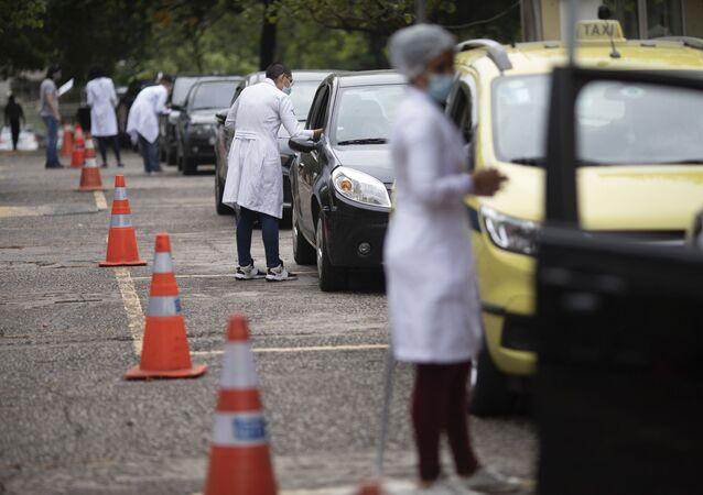 Pessoas fazem filas para serem vacinadas em posto drive-thru no Rio de Janeiro.