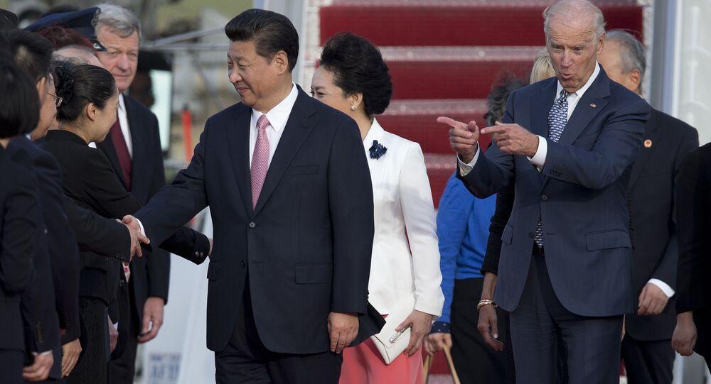Joe Biden, vice-presidente dos EUA, e Xi Jinping, presidente da China, e sua esposa Peng Liyuan, durante a cerimônia de chegada à Base Aérea de Andrews, Maryland, EUA, 24 de setembro de 2015