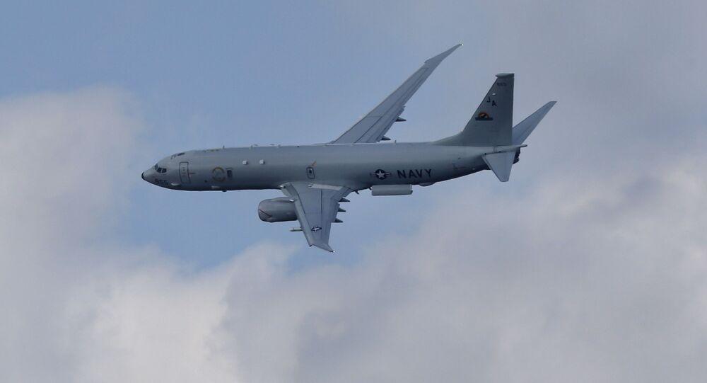 Boeing P-8A Poseidon voa durante espetáculo aéreo em Farnborough, Reino Unido, 15 de julho de 2014