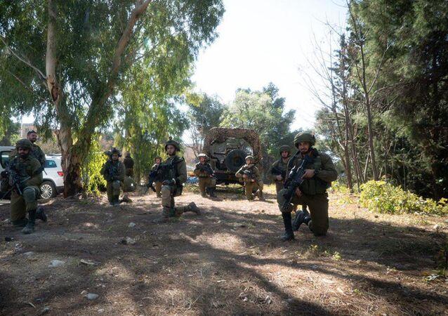 Tropas israelenses participam simulando combates na fronteira libanesa no norte de Israel, 10 de fevereiro de 2021