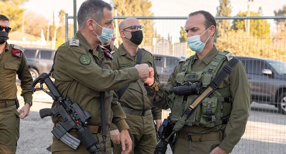 O chefe do Estado-Maior da IDF, Aviv Kohavi (à esquerda) comprimenta o general Shlomi Binder, durante exercício de simulação, 10 de fevereiro de 2021