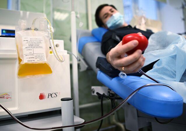 Paciente recuperado da COVID-19 doa plasma em hospital de Moscou
