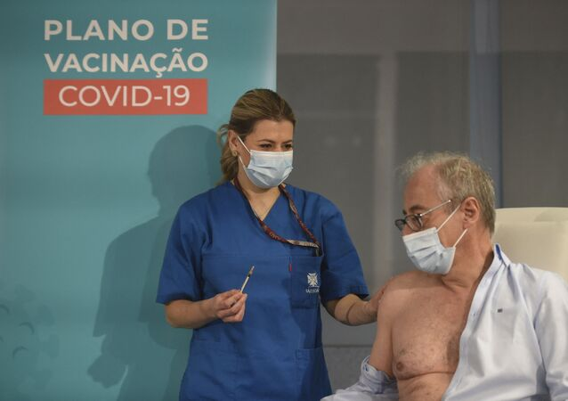 O médico António Sarmento recebe a primeira dose da vacina Pfizer-BioNTech contra a COVID-19 no Hospital São João, no Porto, em Portugal, em 27 de dezembro de 2020