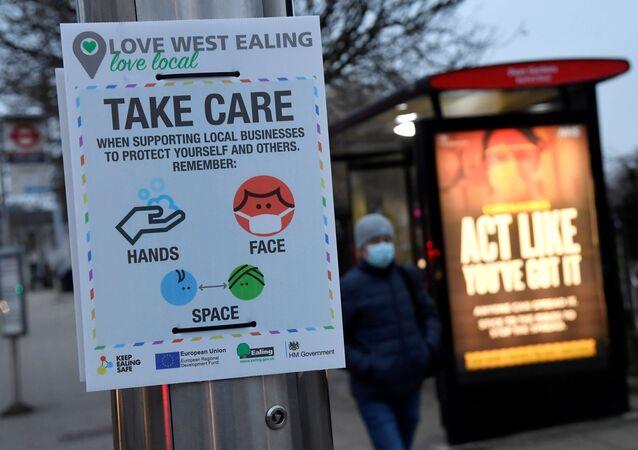 Mensagem de informação sobre saúde pública em meio à pandemia do novo coronavírus (SARS-CoV-2), Londres, Reino Unido, 1º de fevereiro de 2021
