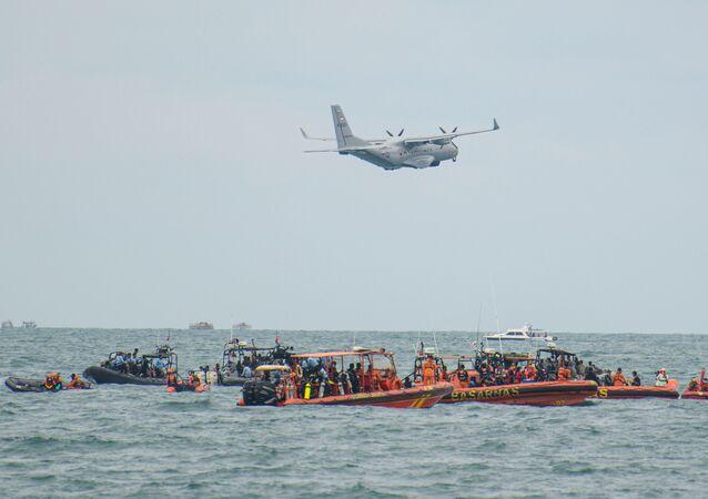 Aeronave militar CN-235 da Indonésia durante a operação de busca e resgate do voo da Sriwijaya Air SJ 182, no mar ao largo da costa de Jacarta, Indonésia, 14 de janeiro de 2021