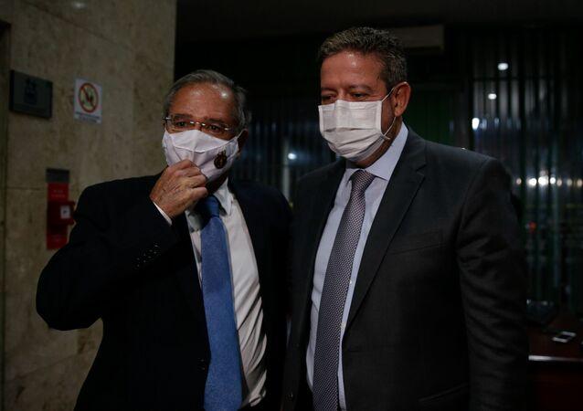 Ministro da Economia, Paulo Guedes, e o presidente da Câmara, Arhur Lira (PP-AL), conversam com jornalistas após reunião no Ministério da Economia