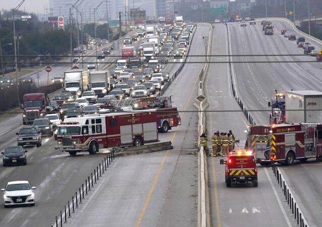 Autoridades limpam rodovia após acidentes causados pelo gelo no Texas
