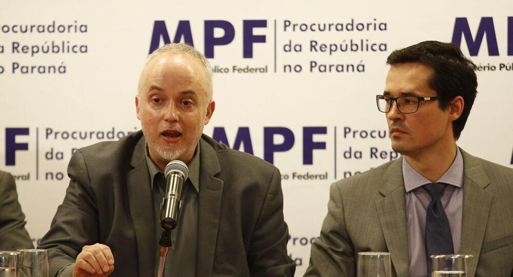 Procuradores Carlos Fernando e Deltan Dallagnol, à época integrantes das força-tarefa  da Lava Jato, participam de coletiva no auditório da Procuradoria da República no Paraná em Curitiba (PR)