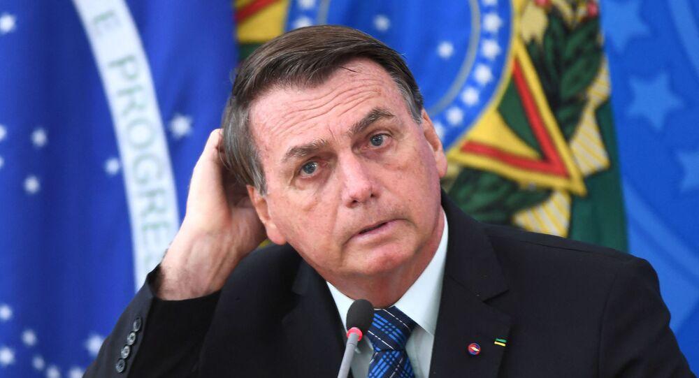 Presidente do Brasil, Jair Bolsonaro, gesticula durante anúncio de nova política de impostos sobre combustíveis, no Palácio do Planalto, Brasília, 5 de fevereiro de 2021