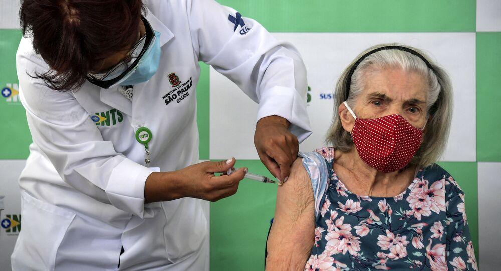 Senhora recebe vacina contra a COVID-19 em São Paulo, 5 de fevereiro de 2021