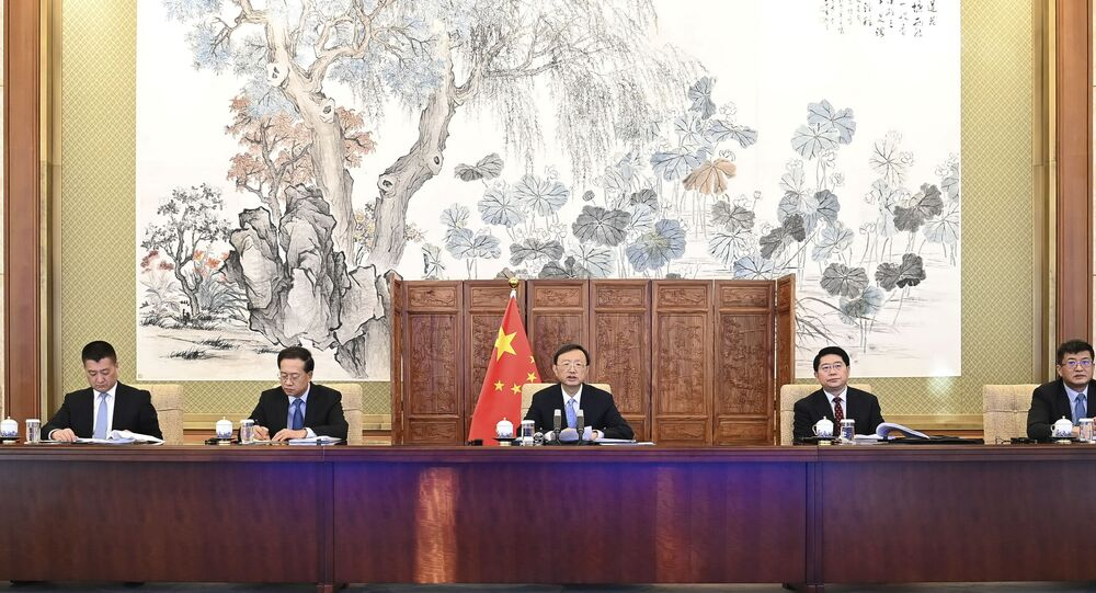 Yang Jiechi (ao centro), membro do Bureau Político do Comitê Central do Partido Comunista Chinês (PCC) e diretor do gabinete da Comissão de Assuntos Externos do Comitê Central do PCC
