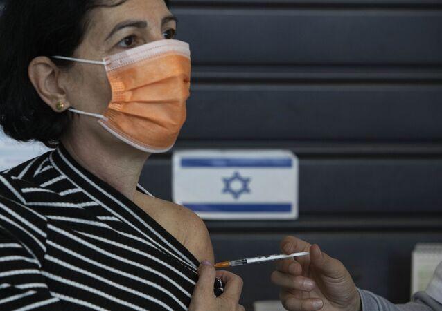 Cidadã israelense recebendo vacina da Pfizer/BioNTech em Tel Aviv, Israel