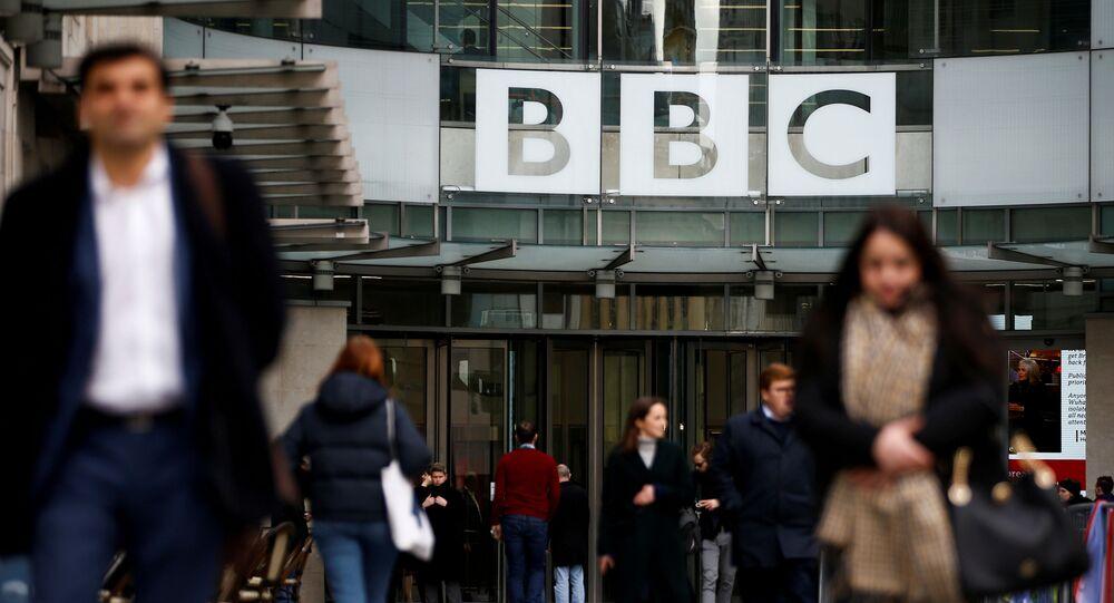 Em Londres, pedestres caminham diante do da BBC, no Reino Unido, em 29 de janeiro de 2020