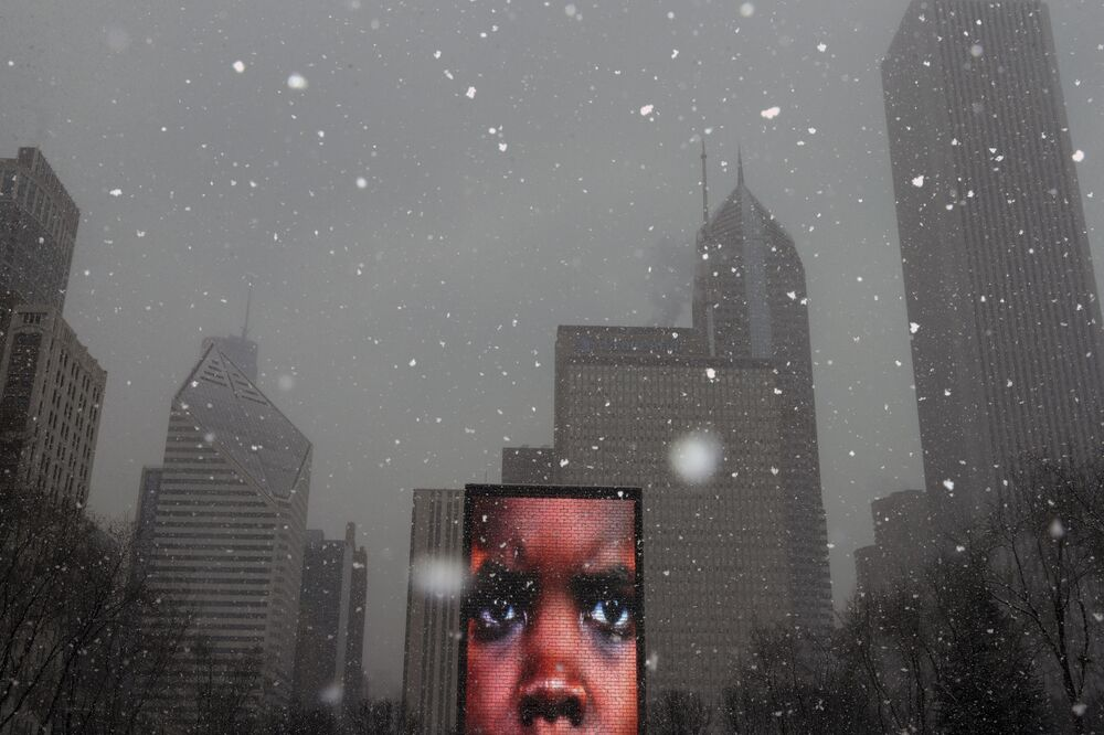 Projeção de rosto em um dos monolitos no Parque Millennium em Chicago, EUA, em 8 de fevereiro de 2021