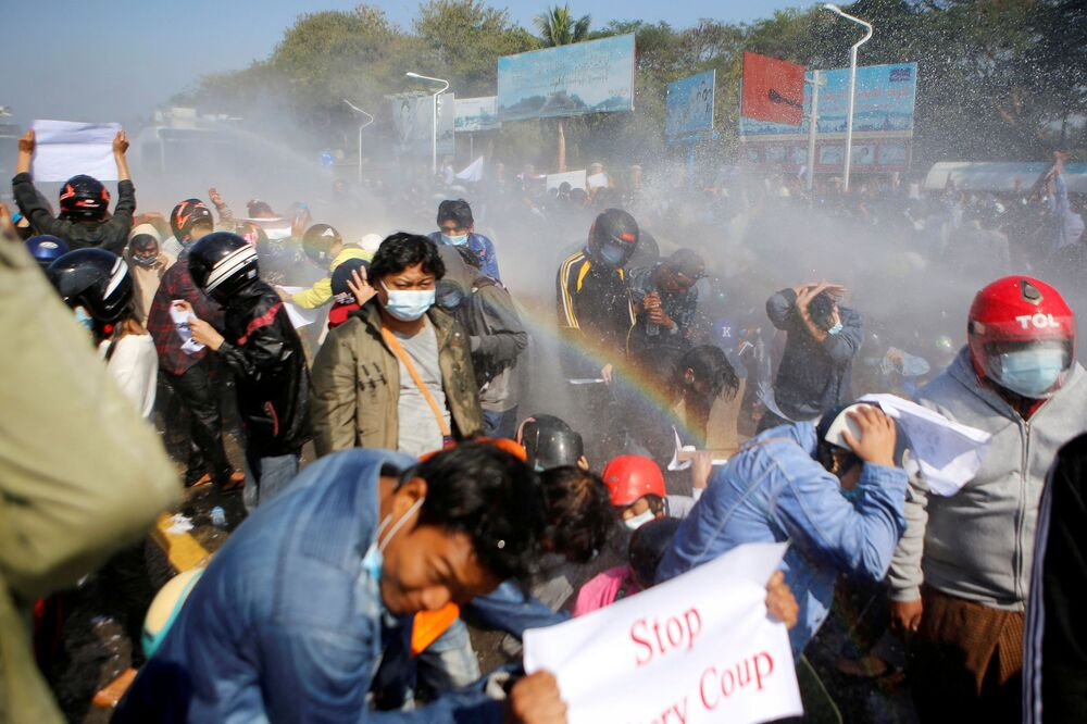 Policiais disparam canhões d'água contra manifestantes que protestam contra o golpe militar e demandam a liberação da líder eleita Aung San Suu Kyi, em Mianmar, 9 de fevereiro de 2021