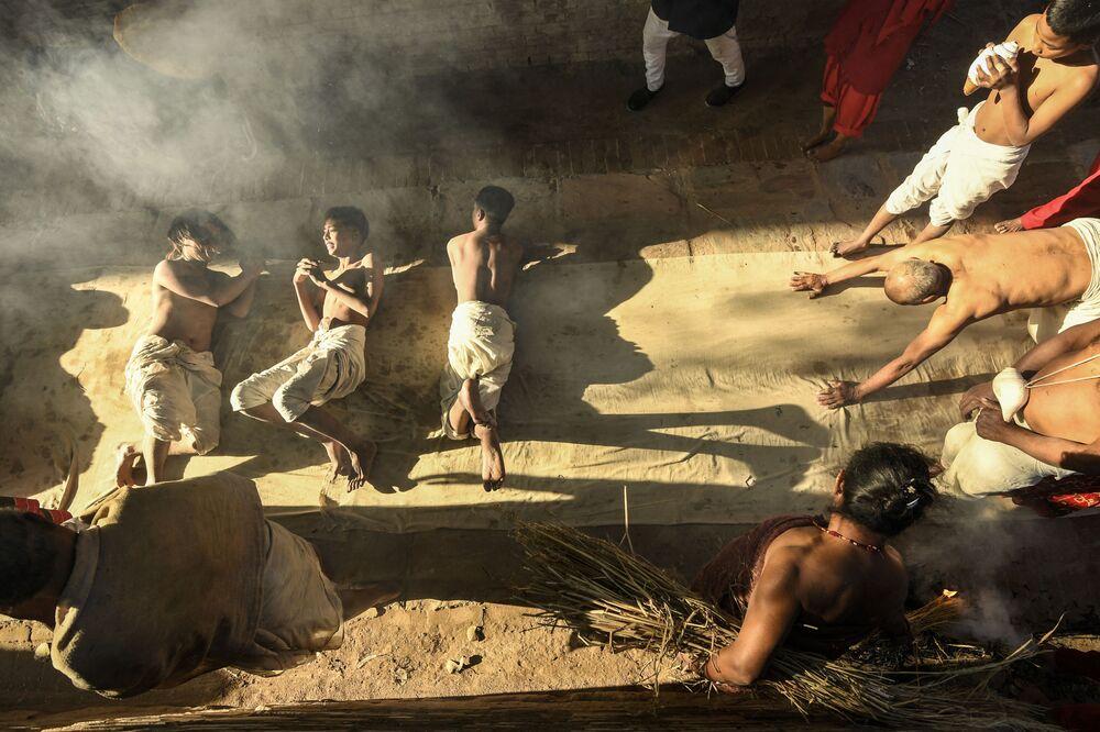 Devotos hindus oferecem orações antes de realizarem ritual do banho durante o festival Swasthani, em Catmandu, Nepal, em 8 de fevereiro de 2021