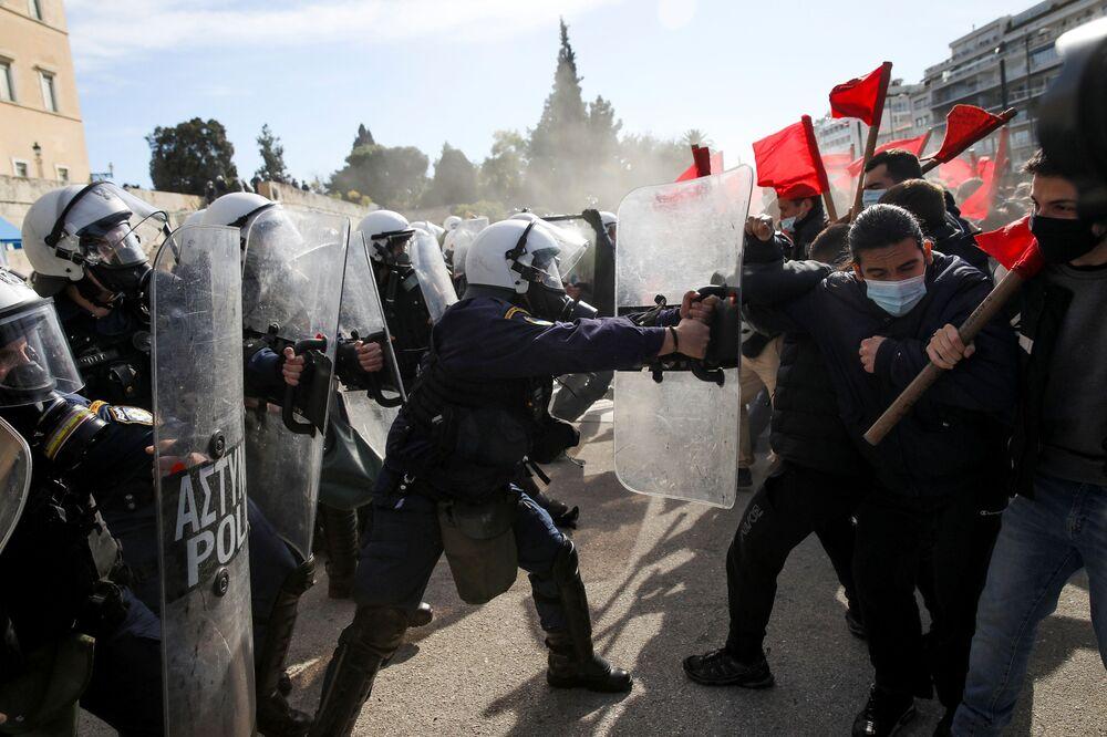 Estudantes gregos se confrontam com polícia de choque durante manifestação contra os planos governamentais para criar uma polícia universitária, Atenas, Grécia, 10 de fevereiro de 2021
